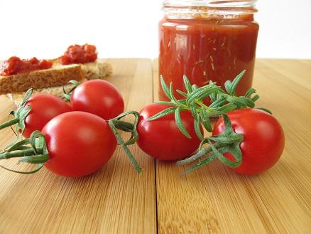 Tomaten kann man auf so viele unterschiedlliche Art verarbeiten: Gleich mit Rosmarin, lecker für eine Tomatensoße:
