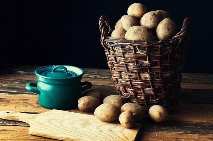 Eine Ernährung nur mit Kartoffeln ist auf lange Sicht nicht gesund. Die Kartoffel liefert jede Menge Ballaststoffe, Kalium, Eiweiße, Vitamin B und C sowie viele wichtige Mineralien. Doch wirklich gesund ist die Sache dennoch nicht, denn wie bereits erwähnt fehlen fettlösliche Vitamine und Fettsäuren. (#01)