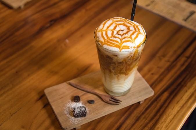 Eine gute Möglichkeit, dem Getränk eine eigene Note zu geben, ist der Einsatz von Sirup. Sehr gerne wird beispielsweise Karamell-Sirup eingesetzt. (#05)