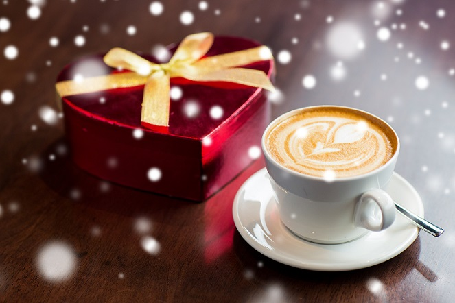 Wer den Cappuccino gerne mit einer Note aus Schokolade genießen möchte, der kann ein wenig Kakaopulver in einem Teil der Milch auflösen. (#03)