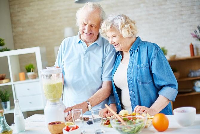 Der Grundumsatz ist nicht nur bei Männern und Frauen verschieden. Auch das Alter spielt eine nicht unerhebliche Rolle. Nicht umsonst berücksichtigen die diversen Rechner neben Gewicht und Körpergröße auch das Alter des Betreffenden. Fakt ist, dass der Grundumsatz bei jungen Menschen höher liegt als bei älteren. (#02)