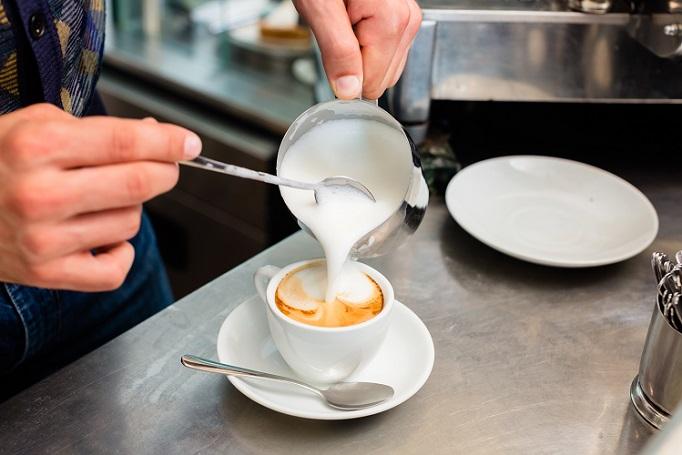 Milchschaum an sich hat zwar schon einen Eigengeschmack, es ist aber auch möglich, hier noch eine andere Geschmackskomponente mit einzubringen. (#02)