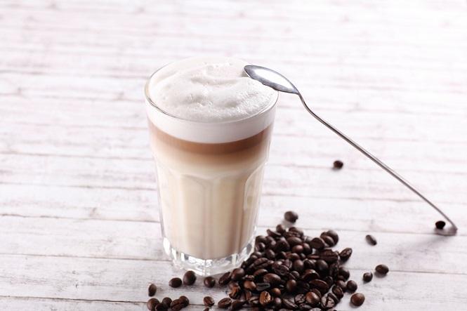 Wenn der Milchschaum eingesetzt wird, um einen Latte Macchiato zu erstellen, dann ist es empfehlenswert, einen Teil des Schaums zurückzuhalten und diesen erst später in das Glas zu geben, wenn sich der Espresso schon mit dem im Glas befindlichen Milchschaum vermischt hat. (#04)