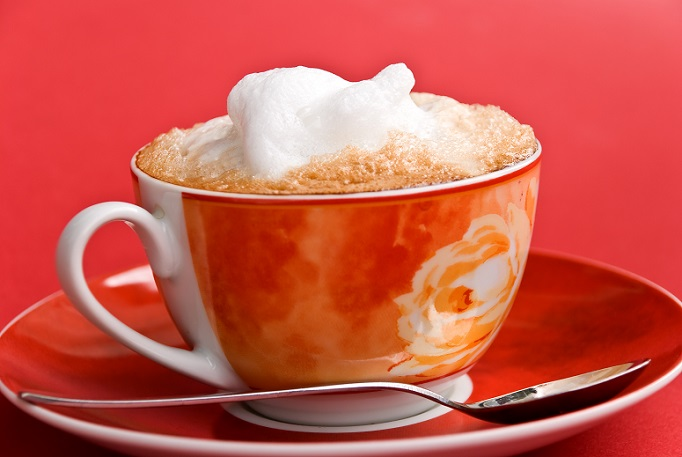 Milchschaum kann durchaus auch mit einem Quirl oder einem Stabmixer hergestellt werden. Noch einfacher ist es aber, wenn man einen Kaffeevollautomaten zu Hause hat und diesen nutzen kann. (#04)