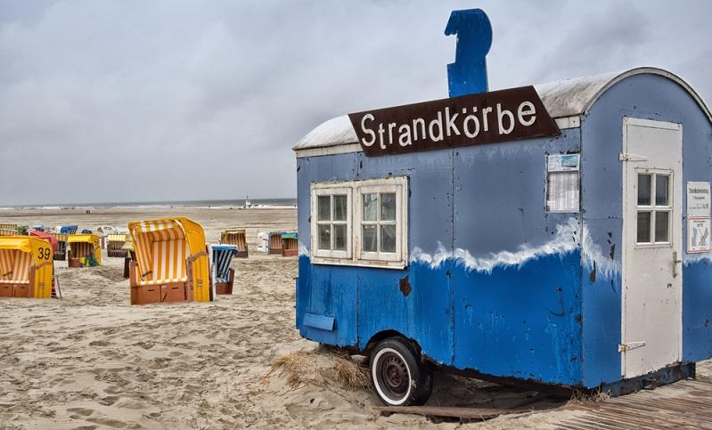 In Peenehagen in Mecklenburg-Vorpommern steht ein kleiner Bauwagen, der gerade einmal 20 m² misst und für vier Personen gedacht ist. Hier rückt die Familie ganz eng zusammen – bis zu vier Personen haben dort Platz. (#01)