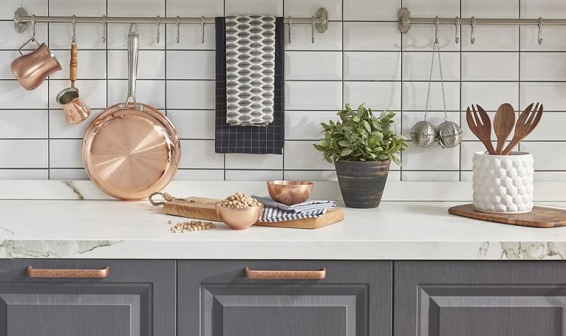 Auch als alten Küchen kann man mit diesen Verschönerungsmaßnahmen noch viel herausholen und spart sich so den teuren und aufwändigen Neukauf. Auch mit kleinen Mitteln kann man seine vorhandene Küche verschönern und individualisieren. (#04)