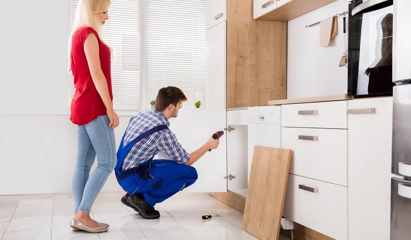 Etwas aufwändiger wird es den Küchenfronten einen neuen Look zu verleihen. Doch der Aufwand lohnt sich, denn Sie werden mit einer Küche belohnt, die aussieht wie neu.(#03)