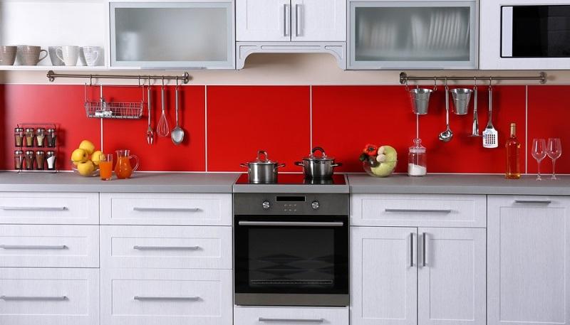 Auch der Fliesenspiegel hinter der Küchenzeile kann kreativ verschönert werden. Heutzutage ist dies auch möglich ohne gleich neue Wandfliesen zu verlegen. Küchenrückwände aus Glas, Edelstahl oder Holz können über dem Fliesenspiegel angebracht werden und verschönern die vorhanden Küche. Küchenrückwände gibt es in zahlreichen Materialien und Farbvarianten. (#02)