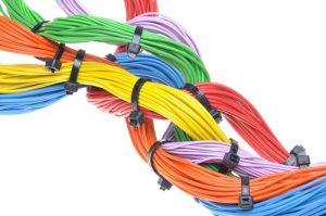 Kabelbinder sind ebenfalls eine sehr preiswerte Möglichkeit, Ordnung ins Chaos zu bringen und somit eine effektive Hilfe bei kleinem Budget. (#03)