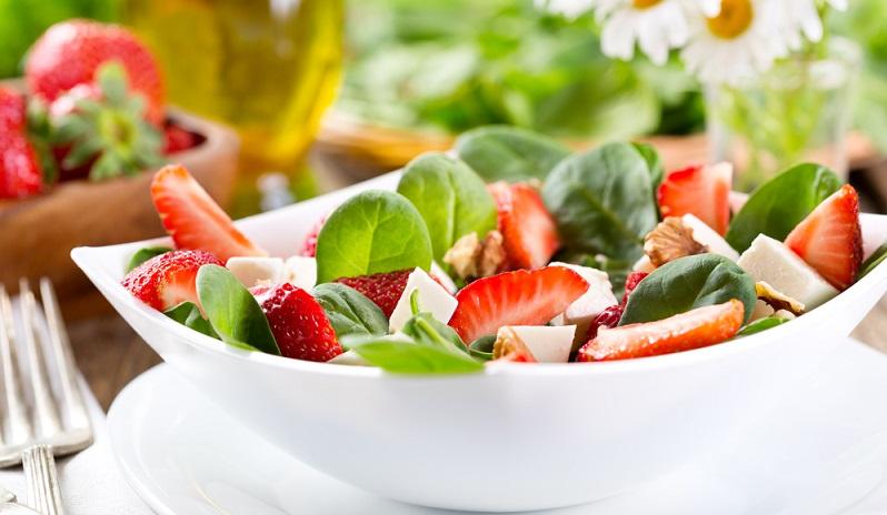 Ein frischer, grüner Salat mit Gemüse und ein paar Nüssen, liefert dem Körper nicht nur wichtige Nährstoffe, er macht auch satt. (#01)