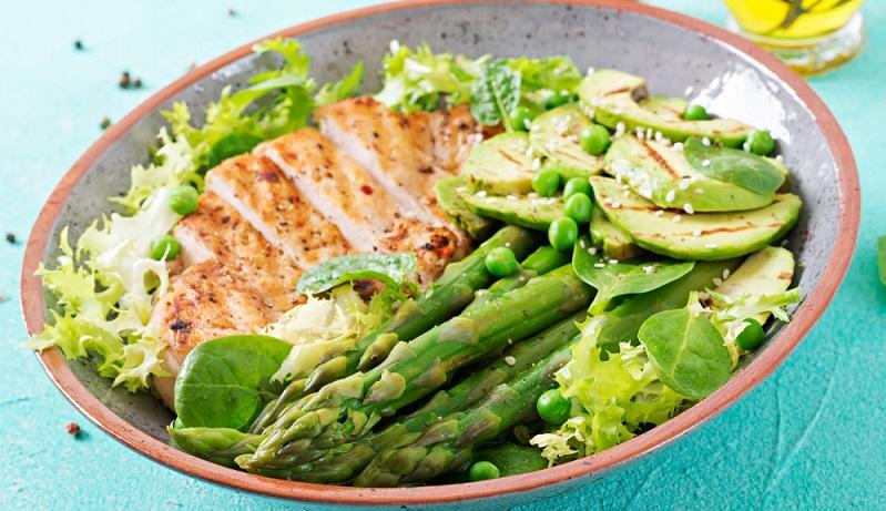Ein weiteres sogenanntes Superfood ist die Avocado. Aus diesem Grund darf sie auch in wirklich keinem leckeren Sommersalat fehlen. (#03)