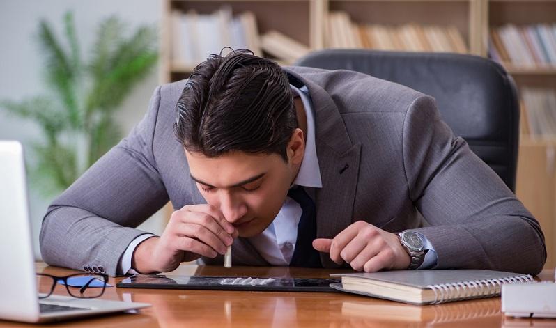 Mögliche gesundheitliche Defizite lassen sich häufig schon vor einem Arbeitsantritt erkennen. Also verlangen manche Arbeitgeber von möglichen neuen Mitarbeitern erst eine Eintrittsuntersuchung, zum Beispiel bei körperlich schwerer Arbeit, im Tauchgewerbe oder in Betrieben der Sicherheitsbranche. (#02)