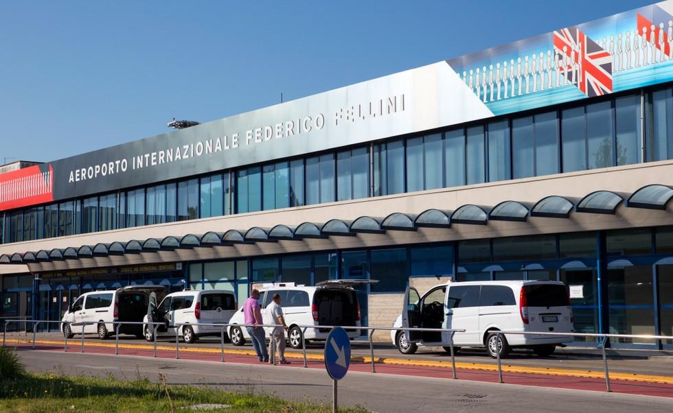 """Die Badeorte der Adriaküste wie Cervia, Milano Marittima, Rimini, Ravenna und andere sind über vier Flughäfen besonders gut zu erreichen. Wer bei der Wahl des Flughafens beweglich ist, kann hier nur durch die Wahl des Flughafens unter Umständen sehr viel geld sparen und die Urlaubskassen schonen. Unser Bild zeigt den Flughafen """"San Marino Federico Fellini"""" von Rimini. (#4)"""
