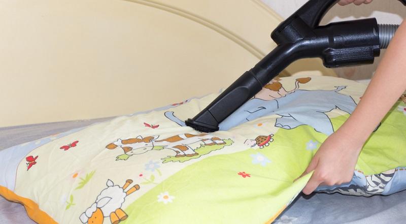 Im Zusammenspiel mit Milbenspray sowie einer regelmäßigen Reinigung von Matratze und Bettwaren, lässt sich die Population deutlich reduzieren.