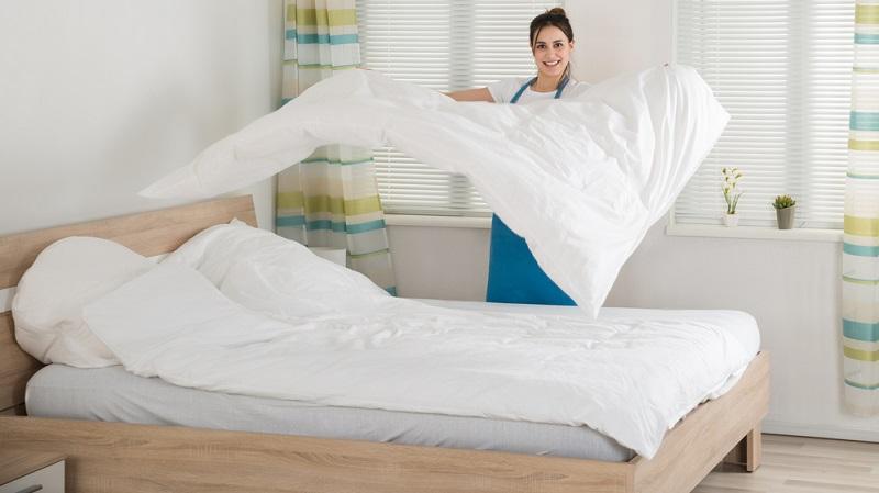Ein gutes Mittel gegen Milben ist es, die Bettwäsche regelmäßig zu wechseln. Der Mensch schwitzt in der Nacht.