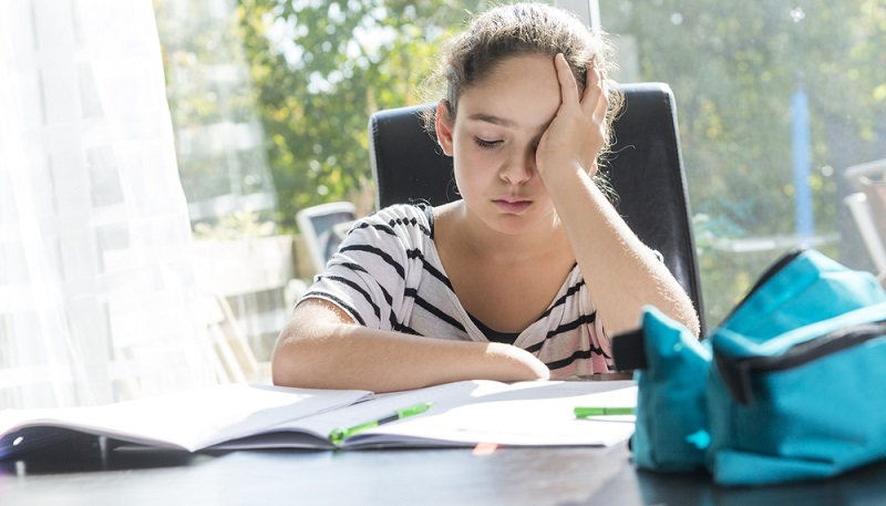 Kinderärzte vermuten außerdem einen Zusammenhang von Rückenschmerzen und wachsendem Schulstress.