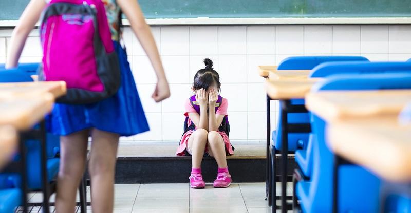 Leidet das Kind an Schulangst oder anderen Sorgen, kann eine psychologische Betreuung helfen, die Probleme zu beheben. Eltern sollten bei wiederholtem Klagen über Rückenschmerzen auch seelische Ursachen in Erwägung ziehen.