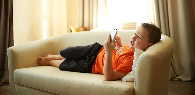Rückenschmerzen im Kindesalter haben verschiedene Ursachen, sodass es auch mehrere Möglichkeiten gibt, diese zu behandeln oder präventiv zu vermeiden: Bewegungsmangel
