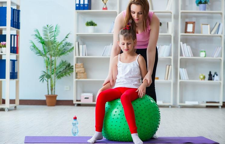 Mangel an Bewegung und einseitige Be- sowie Überlastungen sind die Hauptursachen für Rückenschmerzen im Kindesalter. Mit gezielten Übungen kann die Rückenmuskulatur einerseits gekräftigt und andererseits entspannt werden.