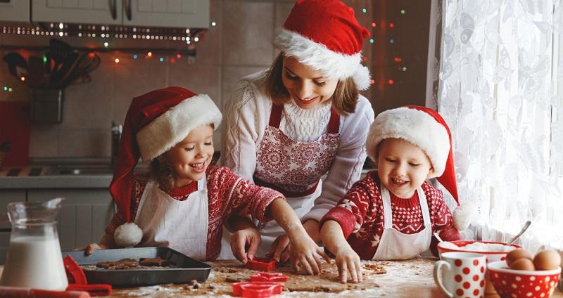 Wetten, dass gemeinsam gebackene Kekse Jung und Alt begeistern werden? Ausgefallene Weihnachtsplätzchen werden dabei auf jeden Fall zu echten Liebhaberstücken.