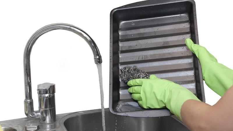 Essig enthält Säure, mit der sich Verschmutzungen bei einem Backblech gut lösen lassen. Es bietet sich an, hier auf ein klassisches Weinessig zurückzugreifen.