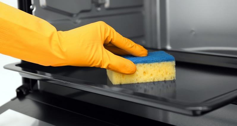 Optimal ist es, wenn die Krusten auf dem Backblech möglichst vermieden werden. Je länger sie vorhanden sind, desto schwieriger wird es, sie auch wieder zu entfernen.