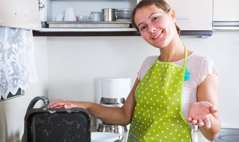 Auch Backpulver wird zum Backblech reinigen empfohlen. Es ist vor allem dann geeignet, wenn die Verkrustungen und Verschmutzungen nur leicht vorhanden sind.