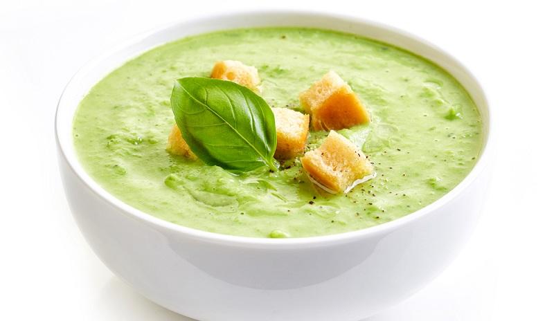 Brokkoli zu einer Cremesuppe zubereiten.
