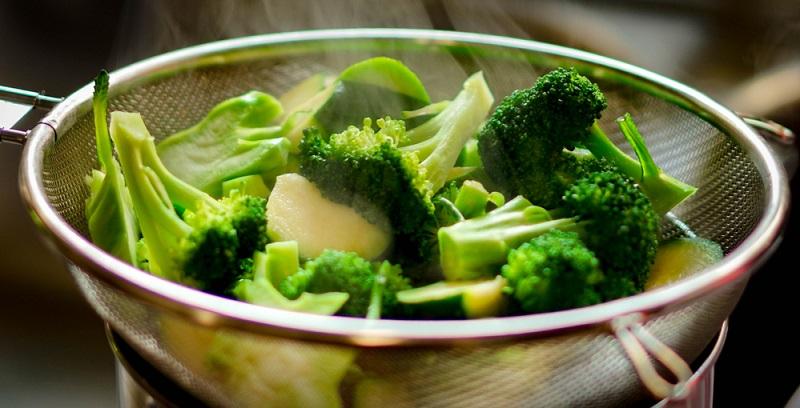 Brokkoli zubereiten: Beim Dampf garen wird der Brokkoli schön zart und bleibt leicht bissfest.