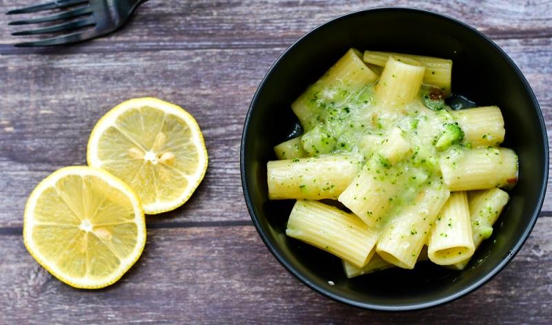 Brokkoli mit Nudeln und Zitrone zubereiten - ein leckeres Gericht!