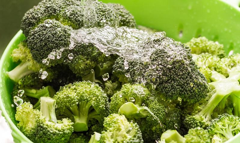 Brokkoli vor dem Zubereiten gründlich waschen und danach abtropfen lassen.