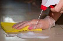 Fliesenfugen reinigen: 5 Hausmittel, die wirken!
