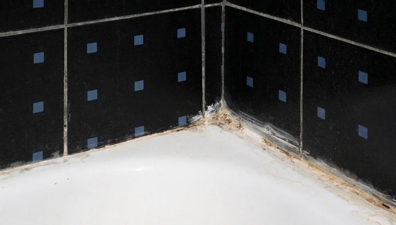 Wasserstoffperoxid kennen viele vom Friseur, dabei hilft es nicht nur beim Blondieren, sondern auch beim Fliesenfugen reinigen.