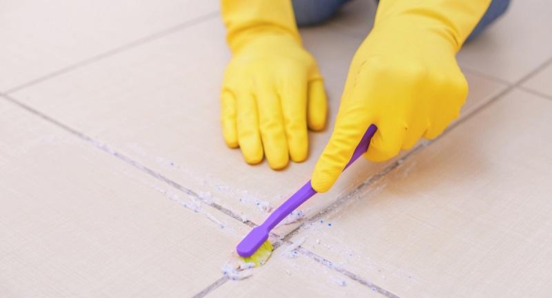 Fliesenfugen mit Backpulver reinigen und die Masse mit einer Zahnbürste einreiben.