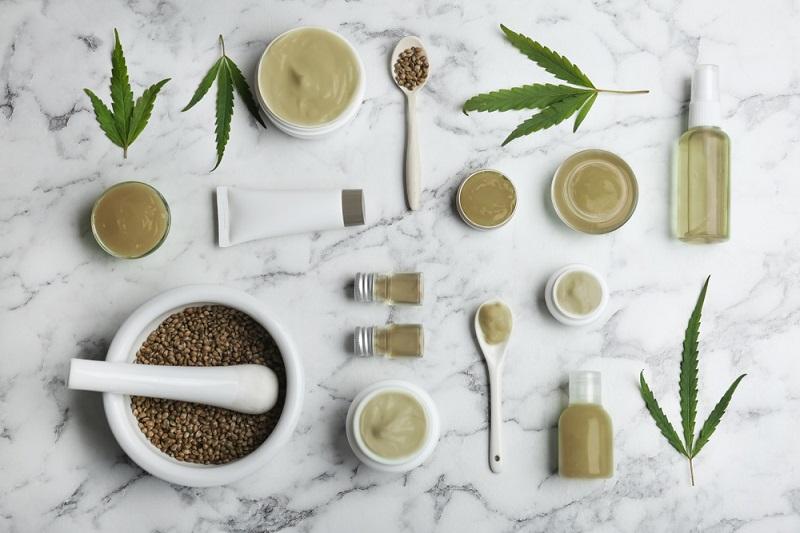 Hanfsamen und -blätter können zu unterschiedlichen Nahrungsmitteln, Cremes oder Ölen verarbeitet werden. (#02)