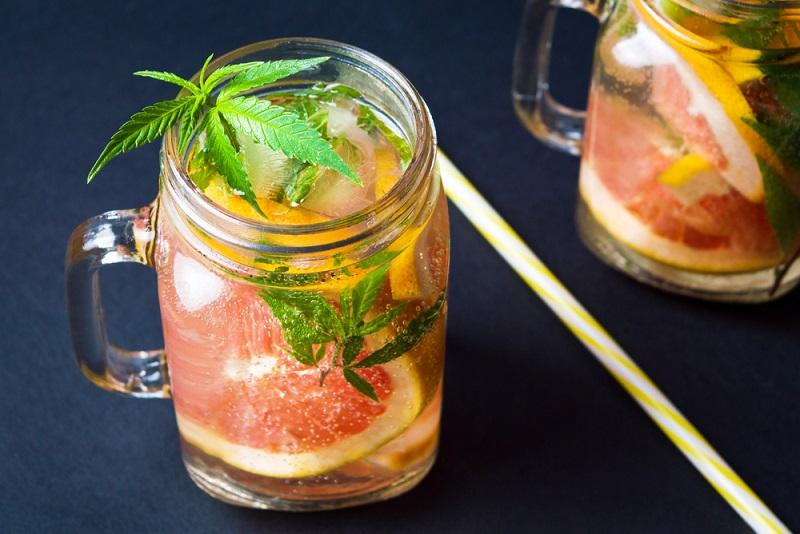 Ob bei einer Diät oder nach einem anstrengenden Arbeitstag im Sommer, ein Hanf-Grapefruit-Smoothie ist da genau das Richtige. (#06)
