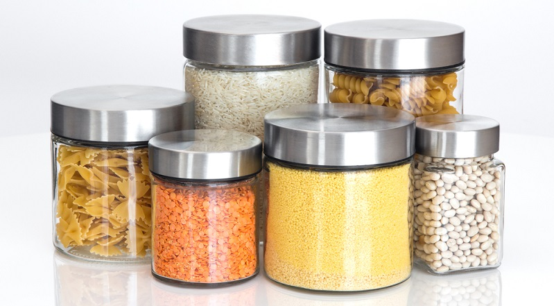 Sind die Lebensmittel in luftdicht verschlossenen Schraubgläsern oder Vorratsdosen gelagert, haben Lebensmittelmotten keine Chance mehr.