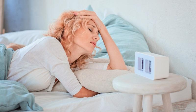 Wer nachts keinen Schlaf findet, weil er sich mit Rückenschmerzen von einer Seite zur anderen wälzt, wacht morgens wie gerädert auf.