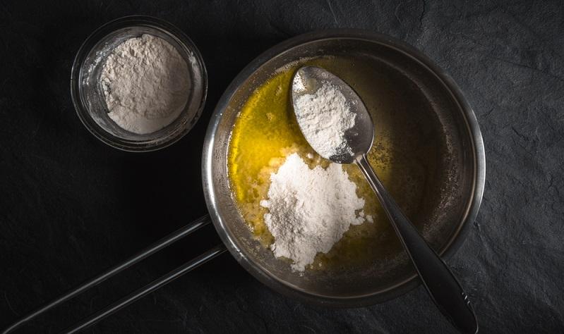 Wohl jeder, der selbst schon einmal mithilfe einer selbst zusammengerührten Mehlschwitze versucht hat, eine glatte, sämige Soße herzustellen, kennt den Ärger: Die Soße wird klumpig!