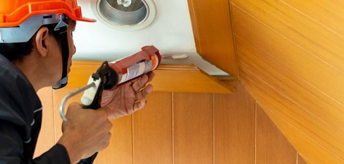 Fussleisten kleben mit Kleber direkt aus der Kartusche total einfach. (Foto: shutterstock – Bildagentur Zoonar GmbH)
