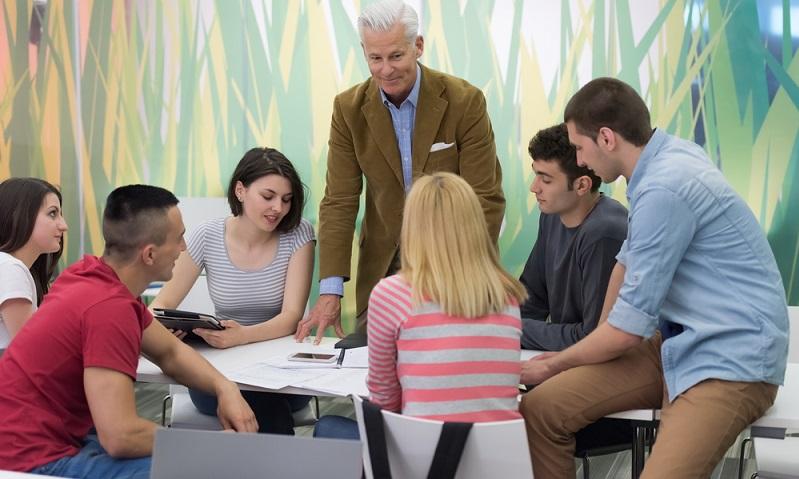 Das Bildungsangebot muss für die <strong>Förderung zugelassen</strong> sein, der Bildungsträger kann selbst gewählt werden.  ( Foto: Shutterstock- dotshock )