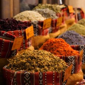 Beim Gedanken an den Orient kommen uns exotische Gewürze in den Sinn. (Foto: Shutterstock-Sayf Rover)
