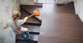 Treppenhausreinigung: Pflichten & Rechte des Mieters ( Foto: Shutterstock- Serhii Krot )