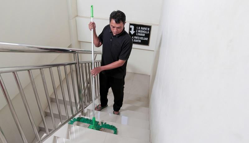 Wenn die Treppenhausreinigung an den Mieter weitergegeben wird, ist dieser oft unsicher, welche Aufgaben er in dem Zusammenhang nun durchführen muss. ( Foto: Shutterstock-untungsubagyo )