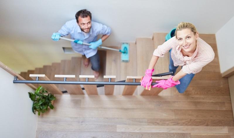 Ein weiteres wichtiges Thema bei der Treppenhausreinigung durch den Vermieter sind die Kosten. ( Foto: Shutterstock-Robert Kneschke)
