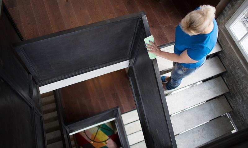 Wenn die Reinigungspflicht durch den Mietvertrag festgelegt ist, kann sich der Mieter dieser nicht entziehen.  ( Foto: Shutterstock-_Max4e Photo )