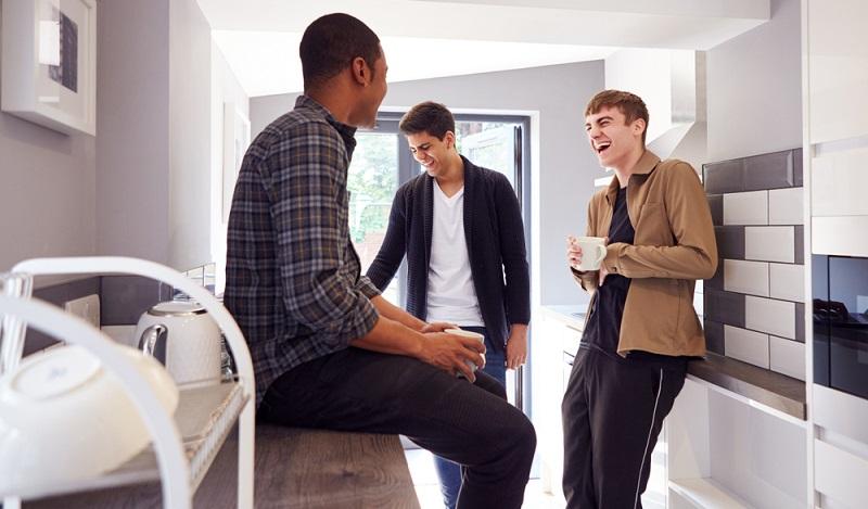 Beim Erwerb eines Mehrfamilienhauses mit der Absicht, daraus eine Monteursunterkunft entstehen zu lassen, ist einiges zu beachten. ( Foto: Shutterstock-_ Monkey Business Images  )