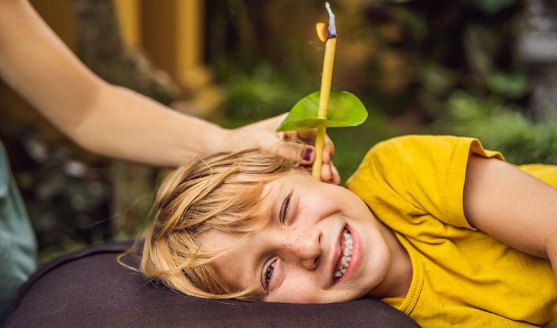 Ohrenschmalz entfernen mit Ohrenkerzen Zugegeben, dieses Hausmittel wirkt nicht in jedem Fall, doch der Vollständigkeit halber soll es hier erwähnt werden.  ( Foto: Shutterstock- Elizaveta Galitckaia )