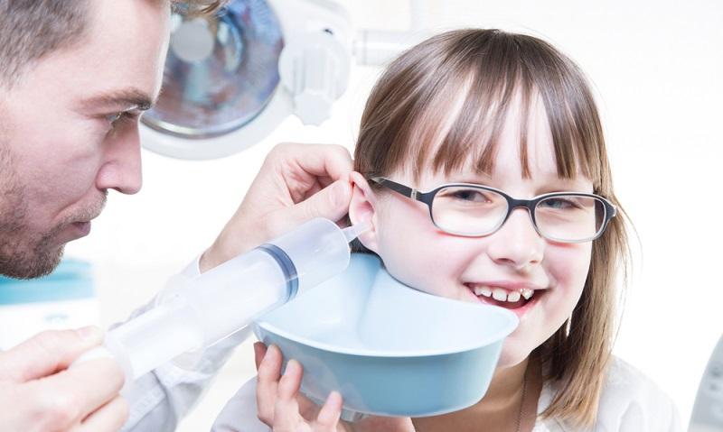 Salzwasser hat eine wunderbar reinigende Wirkung und weicht das Ohrenschmalz gut auf.  ( Foto: Shutterstock- Doro Guzenda )