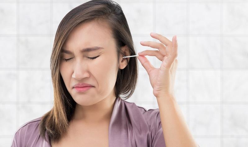 Keine Gegenstände in das Ohr einführen, auch keine Wattestäbchen!   ( Foto: Shutterstock- Emily frost)